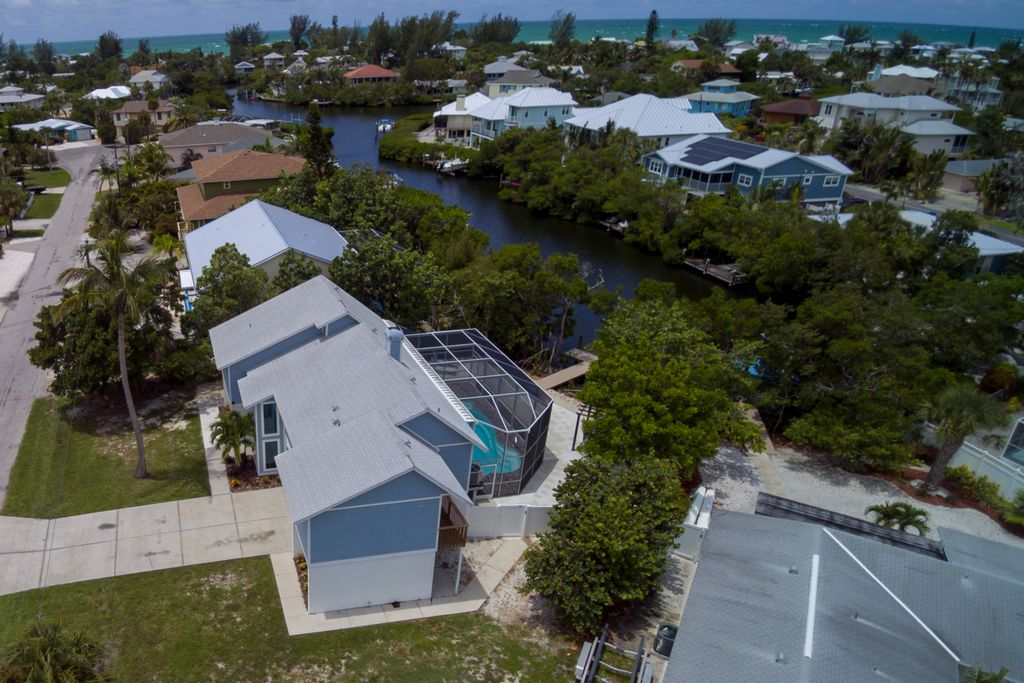 Welcome to Pelican Bay: Canal Home with Pool