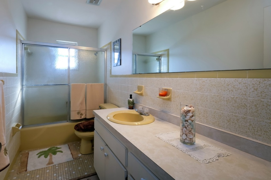 Bathroom with Tub/Shower Combo.