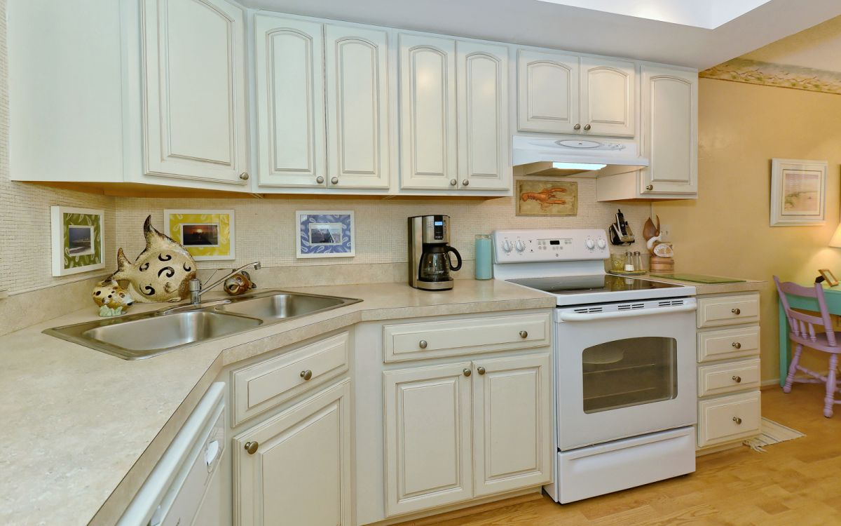 Ceramic Top Stove and Lots of Counter & Cabinet Space